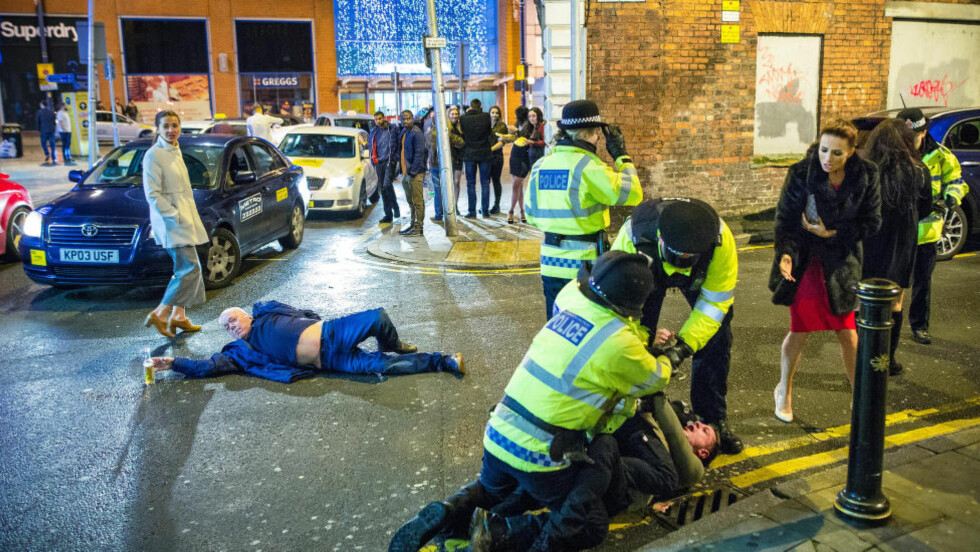 ET MESTERVERK?: Fotografen Joel Goodman var ute i gatene i Manchester på nyttårsaften da han kom over denne scenen. Et par dager senere har bildet blitt delt mange tusen ganger, og komposisjonen hylles. Foto: Joel Goodman
