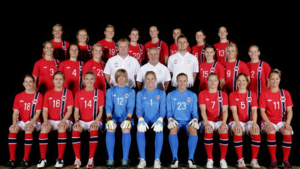 HELT HVIT FOTBALL:  Kvinnelandslaget har vært helhvite lenge. Her er troppen mens Even Pellerud fortsatt var sjef med dagens trener Roger Finjord som assistent. FOTO: Håkon Mosvold Larsen / NTB scanpix.
