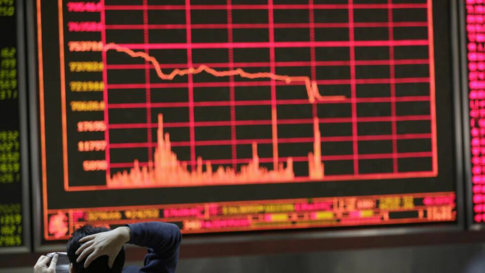 BØRSFALL: Kinesiske investorer måtte fastslå at børsen i Kina falt over syv prosent mandag. Foto: EPA / How Hwee Young / NTB scanpix