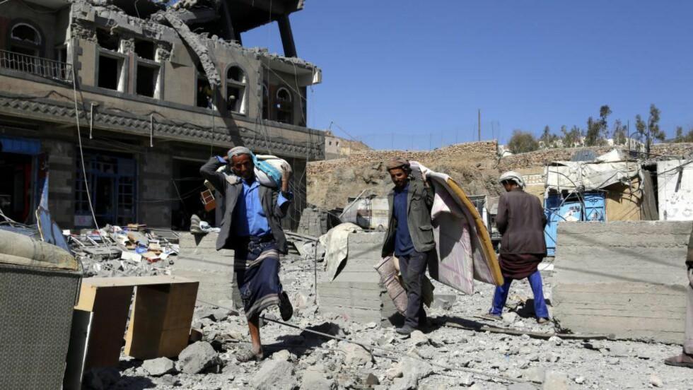 MASSIV BOMBING:  I snart ett år har den Saudi-Arabia-ledede koalisjonen bombet Jemen, hvor nær 3000 sivile mennesker er blitt drept, blant dem over 600 barn. Norge har solgt militært utstyr og ammunisjon til flere av partene som deltar i krigen. Her leiter jemenitter etter eiendeler, like etter at Saudi-Arabia bombet nabolaget i hovedstaden Sanaa i går. Foto: Yahya Arhab / Epa / Scanpix