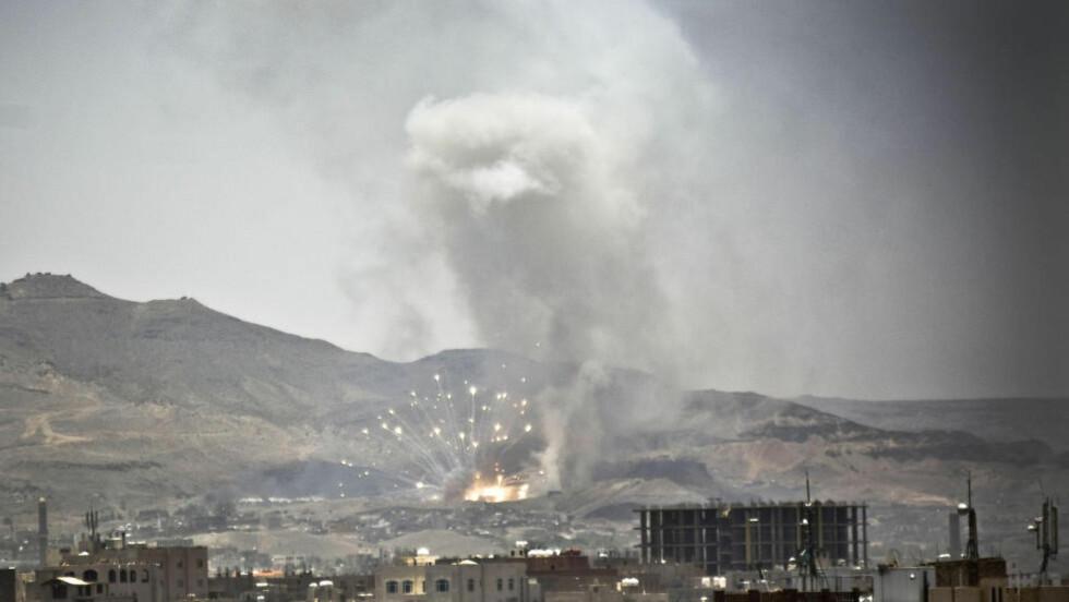 NYTT ANGREP:  Røyken stiger opp i et nabolag i Jemens hovedstad Sanaa, etter et saudiarabisk bombeangrep. Foto: Hani Mohammed / Ap / Scanpix