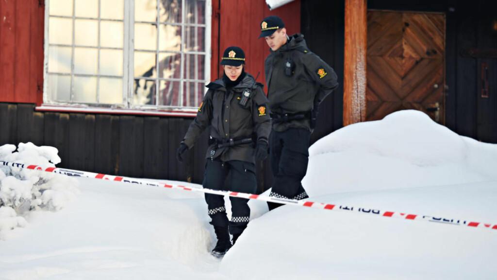 ÅSTED: En mor i 40-åra er siktet for grov omsorgssvikt og for ikke å ha gitt sin 13 år gamle datter nødvendig hjelp da hun døde på nyttårsaften. Hytta i Valdres var sperret av politiet mandag. Foto: Øistein Norum Monsen / Dagbladet