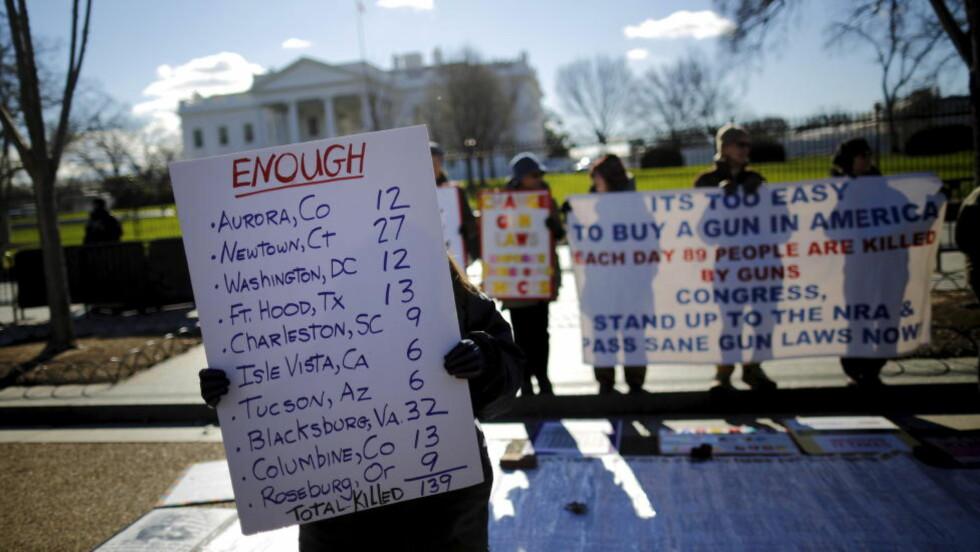 KREVER LISENS: En aktivist uten for Det hvite hus i Washington markerer sin avsky mot våpenvold i USA. Foto: Carlos Barria / Reuters / NTB scanpix