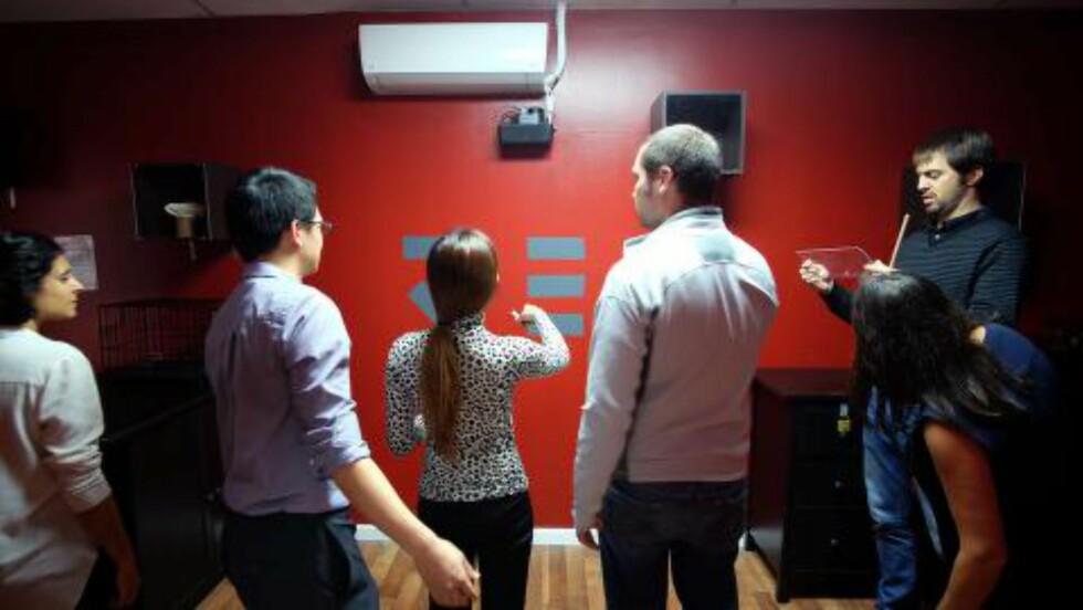 GRUPPEAKTIVITET: Samarbeid er viktig i de fleste rømningsspill. Denne gruppa løser gåter i Mystery Room i New York. Foto: JEWEL SAMAD / AFP / NTB SCANPIX