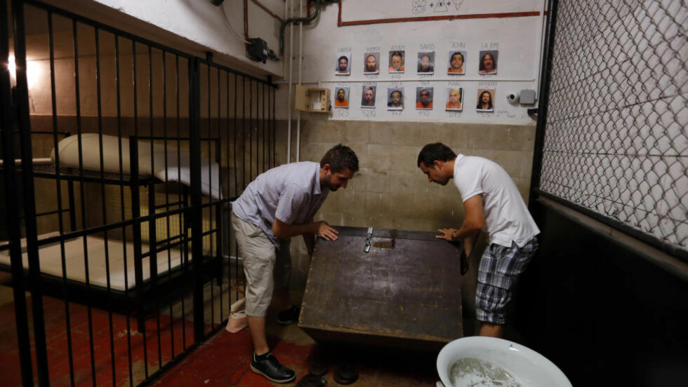 PÅ JAKT ETTER SPOR: I Budapest i Ungarn er rømningsspill populært. Disse spillerne prøver å komme seg ut av fengselet i Trap Factory, som holder til i en gammel, nedslitt bygning i byen. Foto: LASZLO BALOGH / REUTERS / NTB SCANPIX