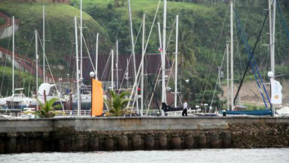 PATRULJERER: En sikkerhetsoffiser patruljerer utenfor Holiday Ocean View Resort på Samal i Filippinene der Kjartan Sekkingstad og tre andre ble bortført. Foto: EPA/STR