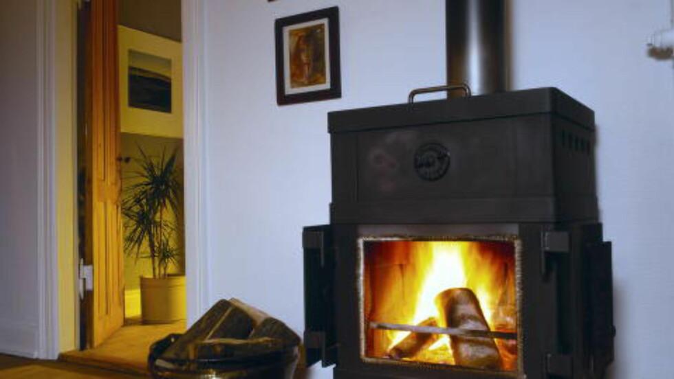 IKKE HER:  Hold skinnskoene dine borte fra varmen fra peisen. Foto: JØRGEN BAUSAGER / NTB SCANPIX