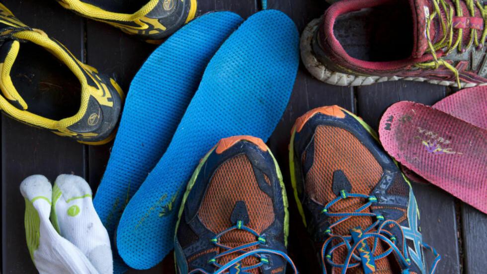 VÅTE SKO:  Det kan være lurt å tørke av gjørme og smuss før du setter skoene til tørk.  Foto: ESPEN BRATLIE / SAMFOTO / NTB SCANPIX