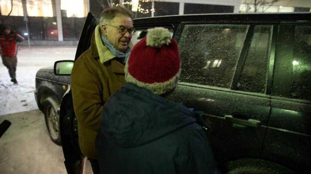 IKKE FENGSLET:  Kvinnen i 40-årene og forsvareren, advokat Aasmund Sandland på vei inn i bilen etter at Gjøviktingrett har avvist politiets krav om varetektsfengsling. FOTO: BJØRN LANGSEM/DAGBLADET.