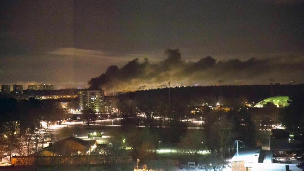 EKSPLOSJON: Ifølge nødetatene på stedet var det en eksplosjon ved et leilighetskompleks utenfor Stockholm som satt i gang en storbrann natt til torsdag. Foto: Nadine Pettersson / Dagbladet