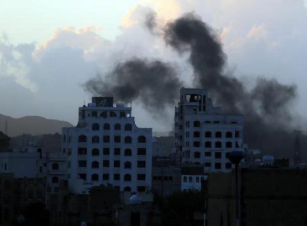 MASSIV BOMBING:  Røyk stiger opp over himmelen i hovedstaden Sanaa i Jemen, etter at den saudi-ledete koalisjonen bombet byen denne uka. Foto: Yahya Arhab / Epa / Scanpix