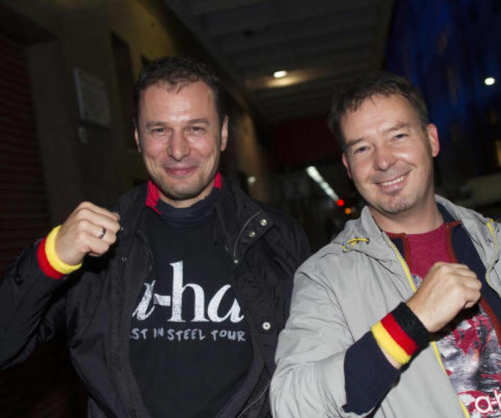 FANS: Oliver Besser og Enrico Schwabach fra Tyskland hadde reist helt til Argentina for å se favorittbandet.
