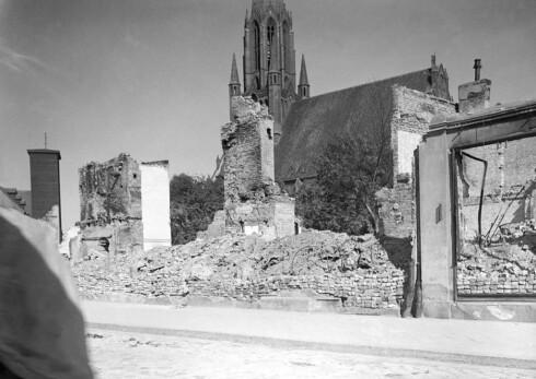 BRENT BY: De sovjetiske troppene brant og herjet da de marsjerte inn i Demmin. Men tårnet til Bartolomeukirken ble stående urørt. Foto: Demminarchiv, Fuhrmann
