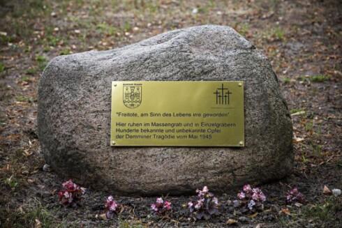 MINNESTEIN: «Frivillig døde, som gikk seg vill og mistet meningen med livet». Slik begynner minneordene som står i utkanten av massegraven på kirkegården i Demmin. Foto: Jørn H. Moen