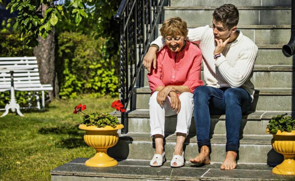 ROLLEBYTTE: Filip er stolt av sin mormor og fostermor Frid Ingulstad. Den bokaktuelle 80-åringen skulle bare ønske hun var yngre så hun kunne oppleve barnebarnets framtid. Alle foto: Jørn H. Moen