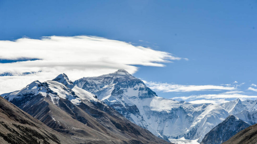 (151124) -- TINGRI, Nov. 24, 2015 (Xinhua) -- Photo taken on Nov. 23, 2015 shows a distant view of Mount Everest, the highest peak in the world which stands at an altitude of 8844.43 meters, in southwest China's Tibet Autonomous Region. (Xinhua/Bai Yu) (wf) (Photo by Xinhua/Sipa USA)