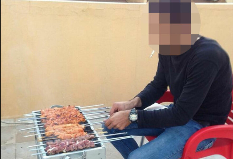 KOSER SEG: En av Assad-tilhengerne la ut dette bildet av at han griller kjøtt for å spotte Madaya-ofrene.