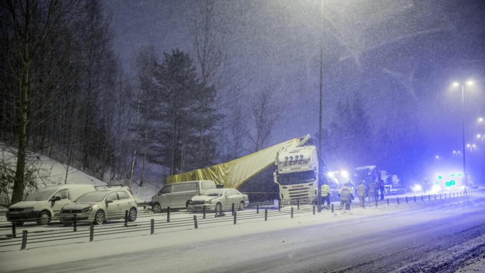 27. JANUAR 2014:  Denne situasjonen fra E6 ved Skedsmovollen på Romerike er fra sist vinter. Nå er forholdene de samme - og politiet advarer bilførere. Foto: Stian Lysberg Solum, NTB Scanpix.