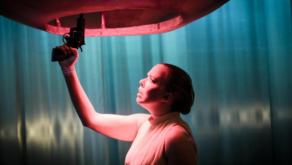 ULYKKELIGE FRU TESMAN: Ragne Grande som Hedda Gabler. Foto: Gisle Bjørneby, Teater Innlandet