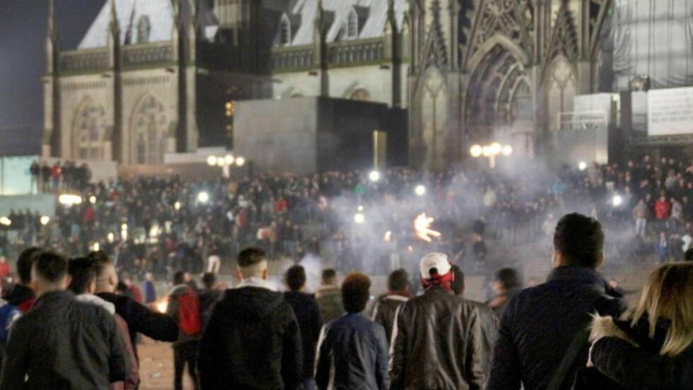 NYTTÅRSAFTEN KÖLN: Her utenfor Kölnerdomen i Köln samlet store menneskemengder seg nyttårsaften. Politiet etterforsker organisert masseovergrep mot jenter begått av unge menn med utenlandsk opprinnelse. Foto: Markus Boehm / EPA / NTB Scanpix