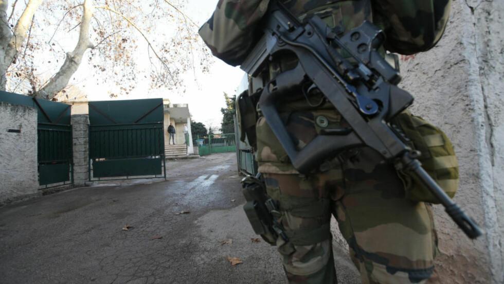 PASSES PÅ: En soldat holder vakt utenfor den jødiske skolen der en lærer ble angrepet av en 15 år gammel gutt med machete i dag. Foto: Jean-Paul Pelissier / Reuters / NTB scanpix