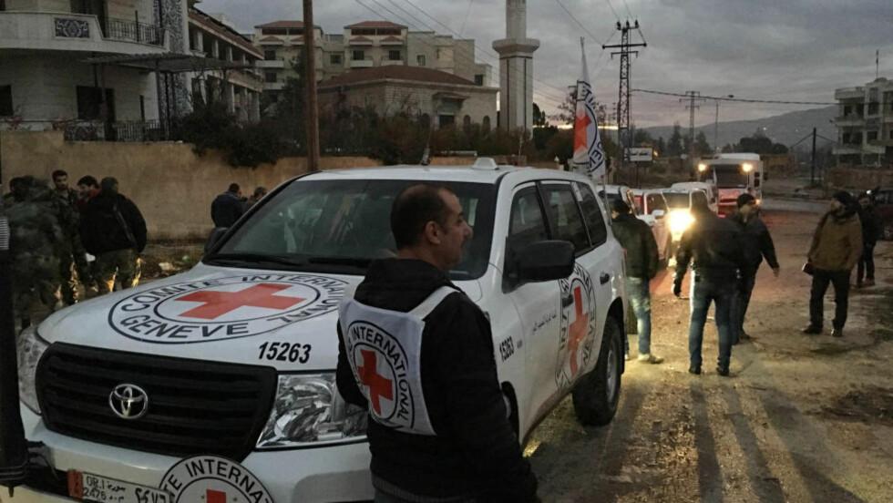 I MADAYA: Hjelpearbeidere ankom Madaya i går ettermiddag. Så langt har 28 personer omkommet av matmangel. Foto: ICRC via AP