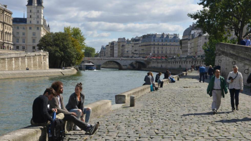ELVA I HJERTET: En spasertur langs Seinen må sies å være omtrent obligatorisk på Paris-turen. Ikke bare er elva selve grunnen til at byen ligger der den gjør, å gå langs bredden er også svært romantisk. Foto: GJERMUND GLESNES