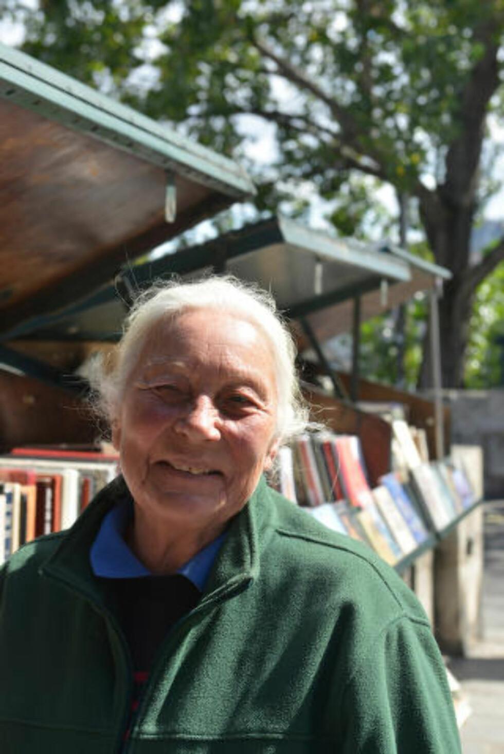 TÅLMODIG SJEL: Marie Christine Thieblemont sto over et år på venteliste for å bli bouquinist langs Seinen, og setter seg ved bruktbokboksen sin hver eneste dag. Foto: GJERMUND GLESNES