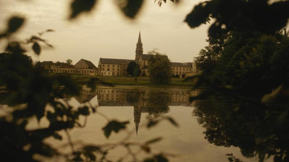 KLOSTERET: Notre-Dame de la Trappe i Soligny. Franske trappist-munker søkte tilflukt i Berkel-Enschot i Brabant, som besto av lyngheier, et våningshus og et sauefjøs. 5. mars 1881 ble den første hellige messen holdt i sauefjøset, som for anledningen fikk status som kloster. Dette ble den offisielle datoen for etableringen av klosteret La Trappe.  FOTO: JACQUES PAVLOVSKY/ SYGMA/CORBIS/NTB SCANPIX