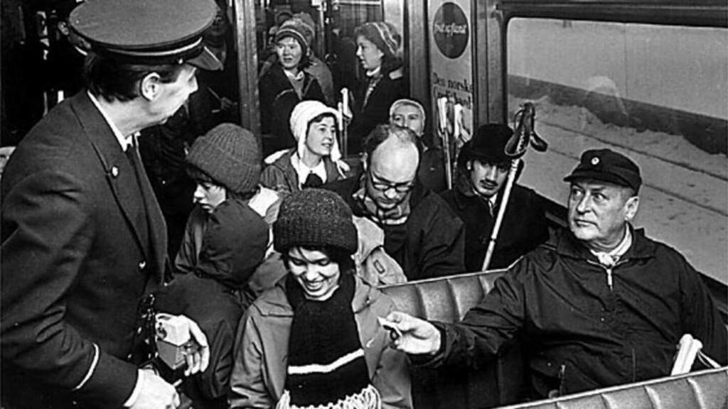 OLJEKRISE PÅ NORSK: Kong Olav tok Holmenkollbanen under oljekrisa i 1973. Foto: Jan A. Martinsen/Aftenposten/Scanpix