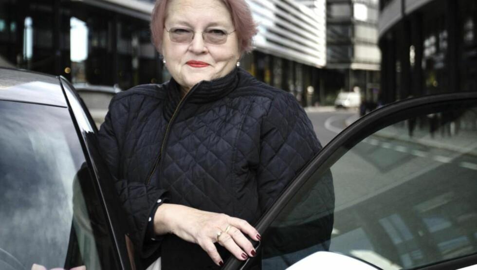 ET LIV I BIL: Marit Christensen er avhengig av sin kjære venn bilen, hovedsakelig som følge av hofteproblemene, men også fordi hun frykter et nytt hjerteinfarkt. Her på Skøyen i Oslo, hvor hun også bor.