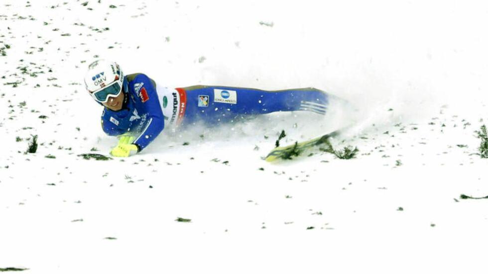 AU: Johann Forfang falt, men reiste seg rett opp igjen. Foto: AFP / APA / ERWIN SCHERIAU / Austria OUT