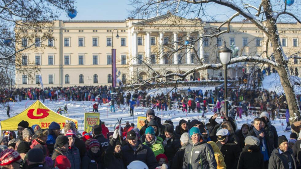 ET NORSK VINTERBILDE:  Tett mellom skiløperne og folket på Slottsplassen i Oslo. FOTO: Berit Roald / NTB scanpix.