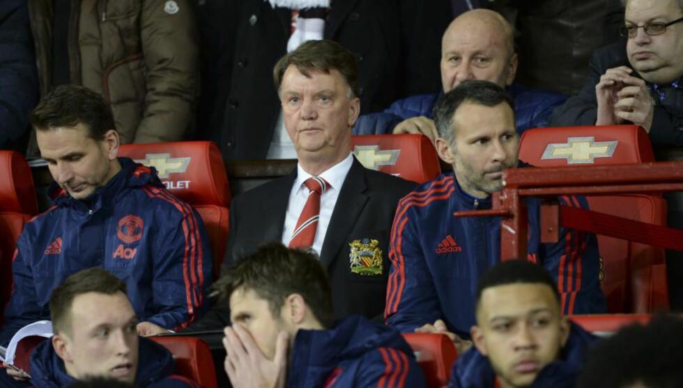 BARE BLI SITTENDE ...  Slik er Manchester United-fansen blitt vant til å se Louis van Gaal under kamper: Sittende på benken mens han gjør sine notater. Foto: NTB Scanpix