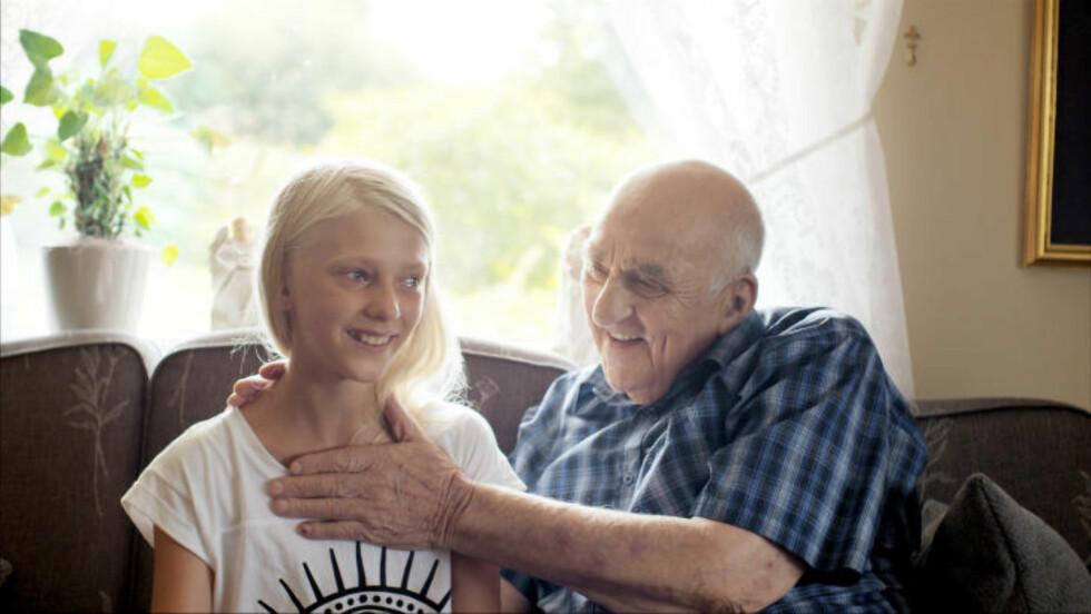 BEHANDLING: Snåsamannen Joralf Gjerstad behandler pasient Mira, som man også får se i dokumentarfilmen. Foto: Filmweb
