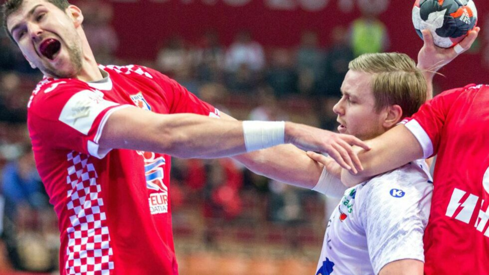 SJANSELØSE: Islands Aron Palmarsson (t.h.) i duell med Kroatias  Jakov Gojun. Island hang ikke med fra starten, og ble hardt straffet. Foto: EPA/ANDRZEJ GRYGIEL/NTB Scanpix