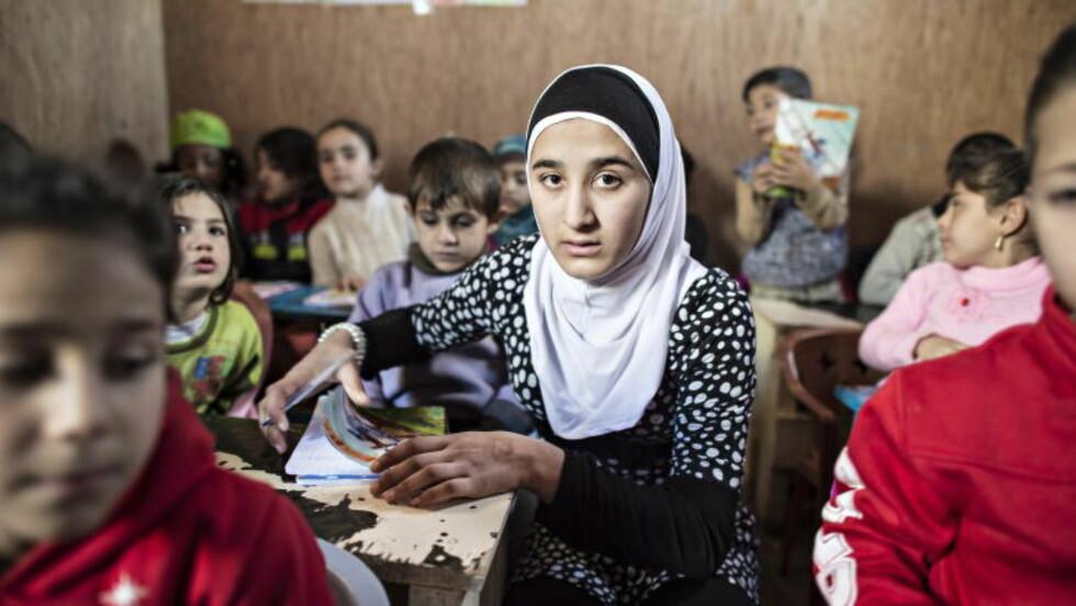 TIDLIG VOKSNE:  I tre år har 13-årige Nejmeh (midten) vært lærer for de rundt 50 barna som bor i en sliten flyktningleir i Ketermaya, i Chouf-fjellene i Libanon. - Jeg var best på skolen min i Syria og alle lærerne elsket meg. Jeg håper at vi alle en gang får ordentlig utdannelse igjen, men fram til da gjør jeg alt jeg kan for at barna her skal få lært det jeg lærte i Syria, sier lærer Nejmeh (13). Alle foto: Hans Arne Vedlog / Dagbladet