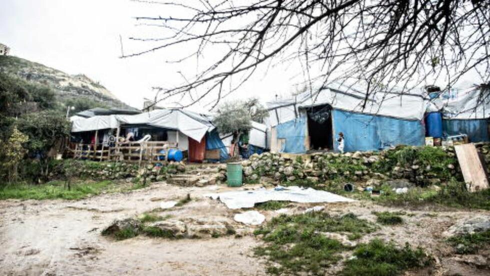 LEIREN:  65 syriske flyktningfamilier bor tett i tett på et lite område i Chouf-fjellene i Libanon. Når regnet strømmer, er det leire og gjørme overalt.