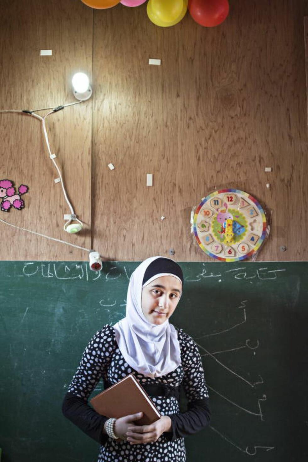 HAR EN DRØM:  Nejmeh (13) elsker å lære, men har ikke skoleplass som flyktning i Libanon. - Jeg lærer bort alt jeg kan til barna, men håper jo å få utdannelse sjøl og, sier hun.