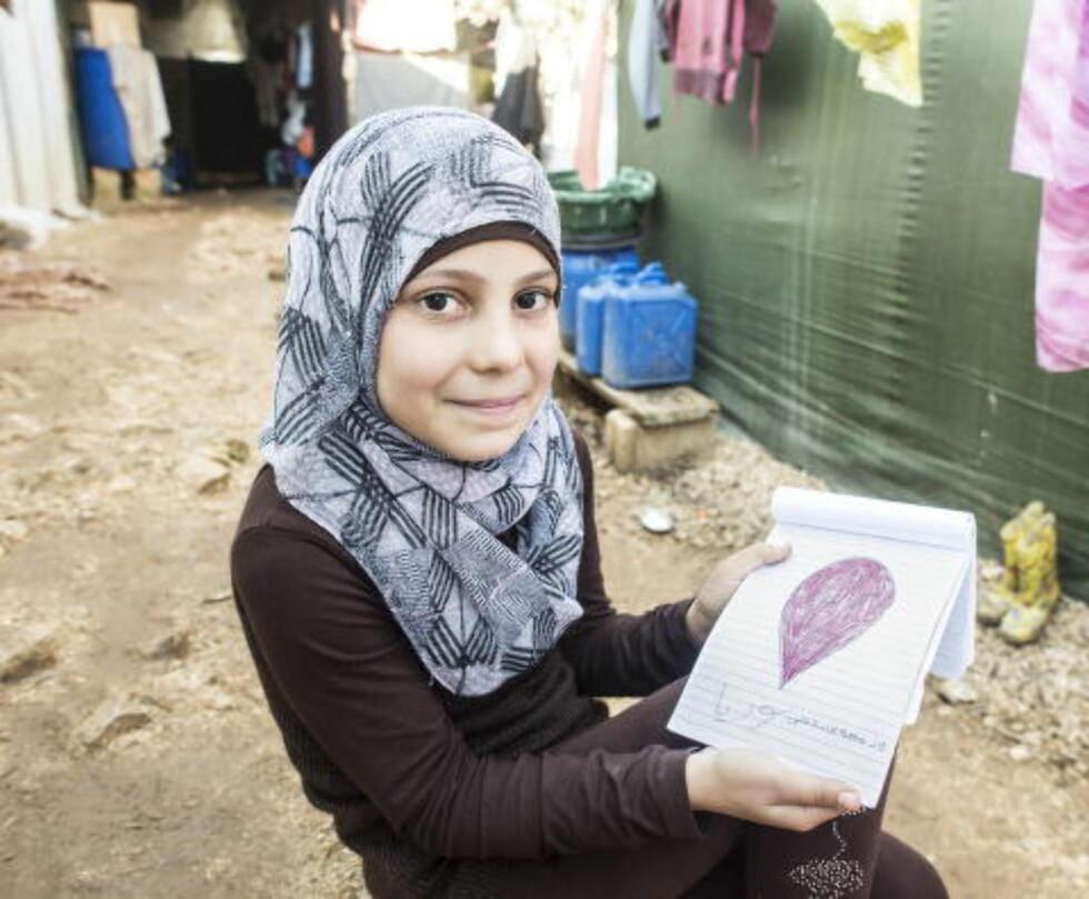GRÅTER FOR SYRIA: For fem år siden, før brutalitetene i Syria startet, pleide Baraa (10) å tegne bilder av barn som svømte og levde et godt liv. Nå bruker hun mest svarte og røde farger. De viser «Syria som nå er svart», og de blodige tårene som renner for hjemlandet hun lengter etter.
