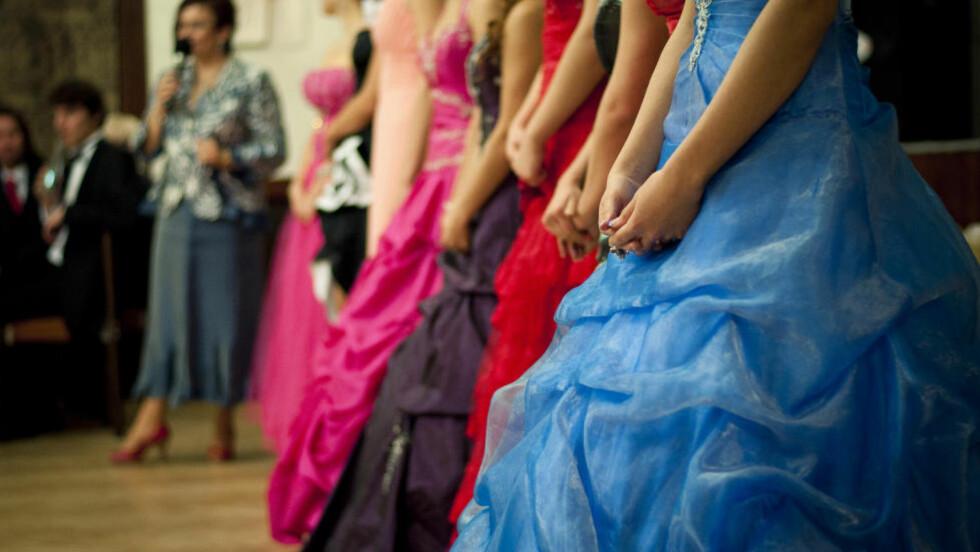 KJOLEPRESS: Ifølge syerske Ann-Siril Idansi ble jenta så opprørt over andres kommentarer om brukt kjole, at hun valgte å droppe skoleballet. Illustrasjonsfoto: Shutterstock