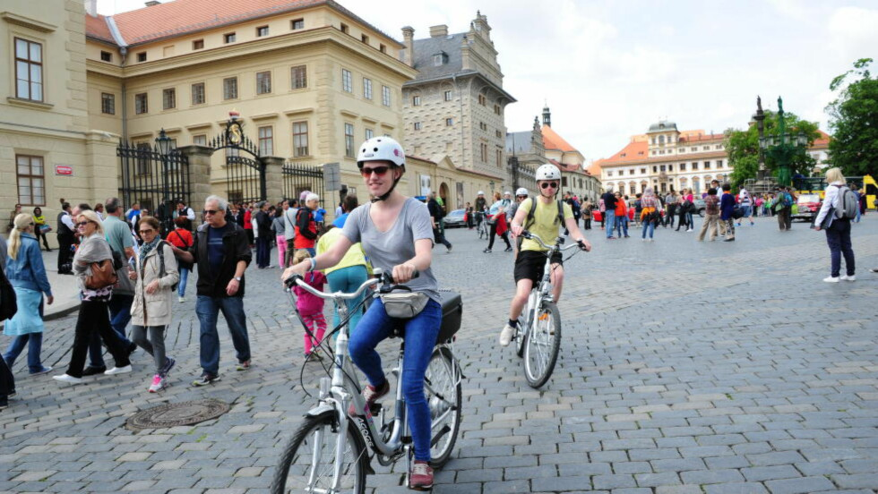 UTE PÅ TUR: Jessica Hirby og David Conway i fint driv over Slottsplassen. En dag på sykkelsightseeing tar deg til mange av Prahas mest kjente landemerker. Foto: TORILD MOLAND