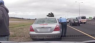 Dramatisk video: Politimannen skriver ut bot. Så blir han skutt