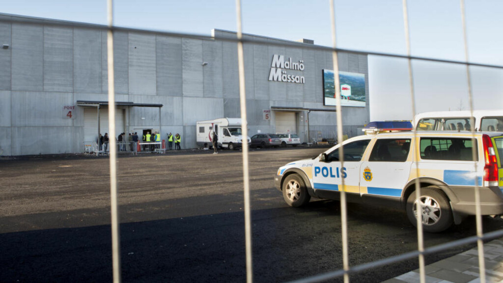 NEKTER BARNEEKTESKAP: Malmö kommune vil ha slutt på at mindreårige jenter som er bortgifter, skal få bo sammen med eldre ektemenn på asylmottak. Her fra det midlertidige mottaket i messehallen i Malmö. Foto: Drago Prvulovic / TT / NTB scanpix