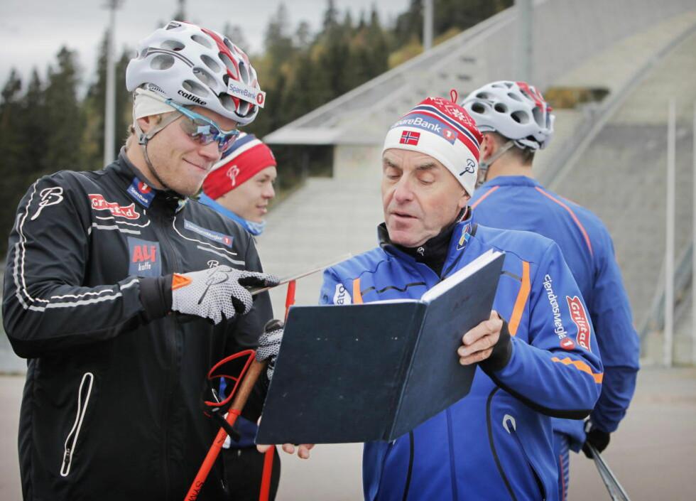 FASITEN: Trener Arild Monsen kunne notere seg at Eirik Brandsdal vant alle heatene da sprintlandslaget kjørte testløp i Holmenkollen i formiddag. Brandsdal var fornøyd, men tok ikke akkurat av. Foto: Tormod Brenna
