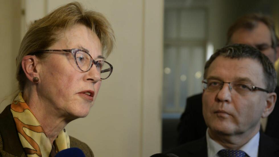 ISFRONT: Her møter Siri Ellen Sletner, som er Norges ambassadør i Tsjekkia, den tsjekkiske utenriksministeren Lubomir Zaoralek i Praha tidligere i år. Foto:  (CTK Photo/Michal Krumphanzl)