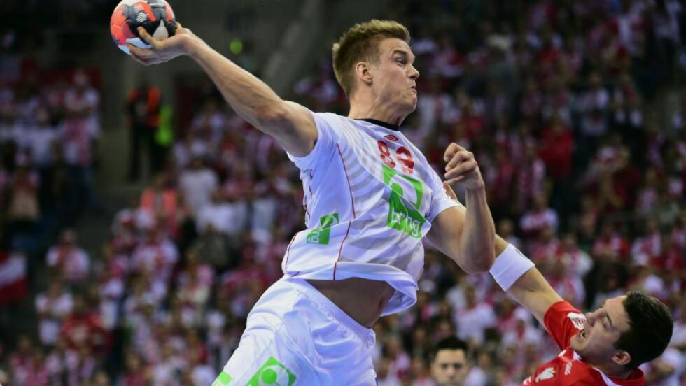 BANKET INN MÅL: Espen Lie Hansen var en av Norges beste spillere i seieren mot Polen. Foto: AFP / ATTILA KISBENEDEK