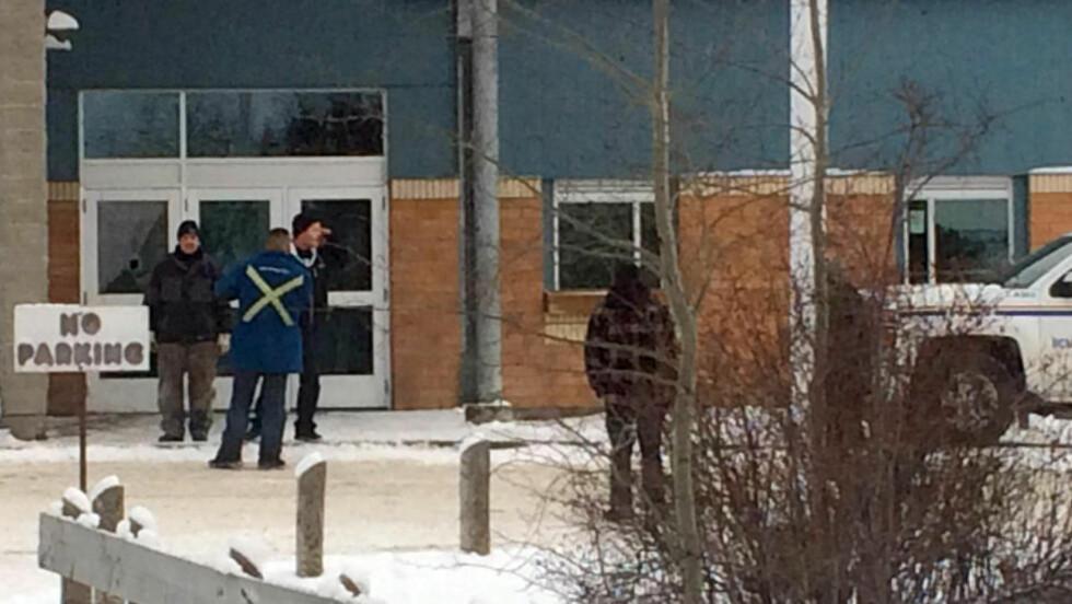BLE ANGREPET:  Gutten som ble pågrepet og siktet for å ha skutt og drept fire personer i byen La Loche i Canada fredag, var 17 år gammel. Dette bildet er tatt utenfor skolen fredag. Foto: Joshua Mercredi/The Canadian Press via AP
