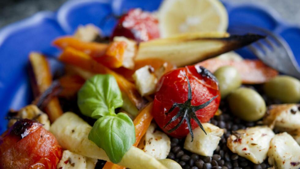 EKSOTISK: Gi salaten et streif av sydligere breddegrader ved å legge til linser, halloumi (hvit ost) og ristede rotfrukter. Foto: JESSICA GOW / SCANPIX