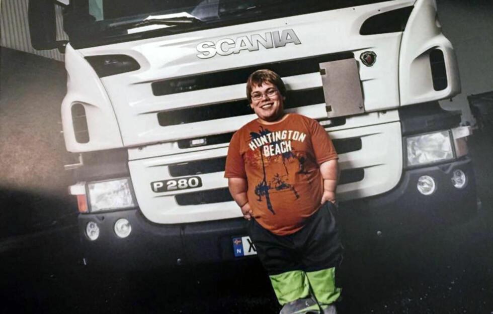 NÅ KAN HAN SMILE: Jørgen Svane (23) var så lei av å bli møtt med skepsis på grunn av sin høyde på 1,40 cm at han la ut et innlegg på Facebook hvor han ba om jobb. Nå har innlegget båret frukter. Foto: Privat